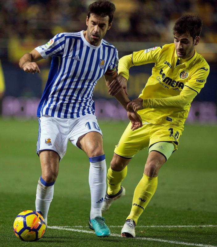 El centrocampista de la Real Sociedad Xabi Prieto (i) lucha el balón con Manu Trigueros, centrocampista del Villarreal EFE/ Domenech Castelló